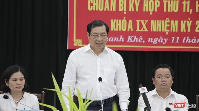Ông Huỳnh Đức Thơ-Chủ tịch UBND TP Đà Nẵng trả lời ý kiến cử tri quận Thanh Khê tại Hội nghị tiếp xúc cử tri chuẩn bị cho kỳ họp thứ 11, HĐND TP Đà Nẵng khóa IX, nhiệm kỳ 2016-2021diễn ra chiều 11/6.