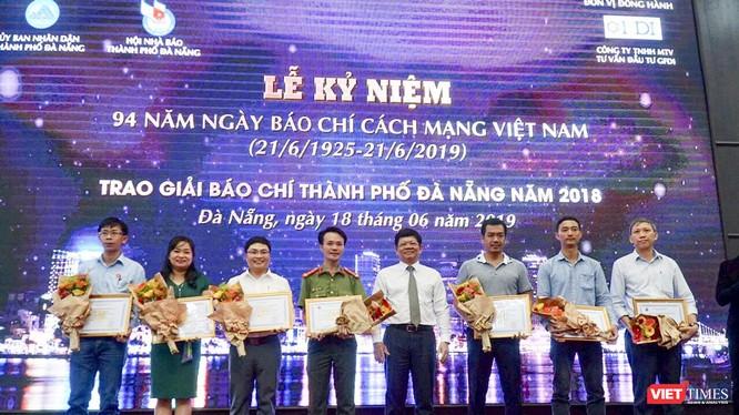 Ông Võ Công Trí - Phó Bí thư Thành ủy Đà Nẵng trao thưởng cho các tác giả đoạt giải Nhất