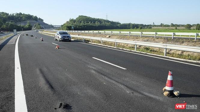 Tình trạng đường bị lún cục bộ, mặt đường bê tông nhựa bị chảy nhão, lún tạo gờ sóng xuất hiện tại đoạn tuyến cao tốc Đà Nẵng-Quảng Ngãi tại khu vực Km21 đoạn qua huyện Duy Xuyên (tỉnh Quảng Nam).