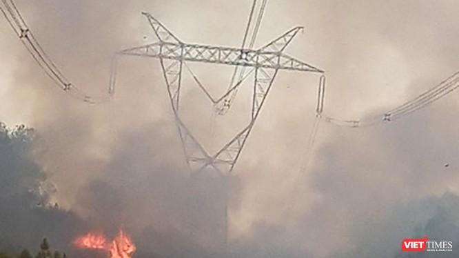 Đám cháy rừng tại khu vực huyện Hương Thủy (tỉnh Thừa Thiên Huế) đang bao vây đường dây 500KV tại khu vực (ảnh EVN)