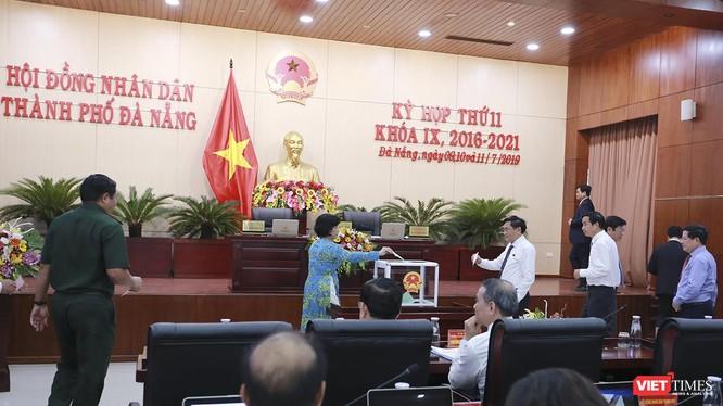 Chiều 11/7, đại biểu HĐND TP Đà Nẵng đã bỏ phiếu chấp thuận cho ông Nguyễn Bá Cảnh thôi làm nhiệm vụ đại biểu HĐND TP Đà Nẵng khóa IX, nhiệm kỳ 2016 – 2021 với số phiếu 41/42 đại biểu có mặt đồng ý.