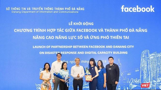 Đại diện Sở TT-TT Đà Nẵng và Facebook Việt Nam tại Lễ khởi động Chương trình hợp tác về Nâng cao năng lực số và Ứng phó thiên tai diễn ra sáng 31/7.