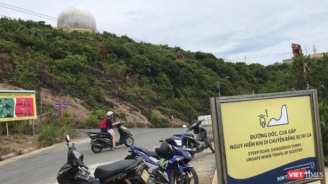 Các biển báo cảnh báo tai nạn được Ban Quản lý Bán đảo Sơn Trà và các bãi biển du lịch Đà Nẵng lắp đặt trên bán đảo Sơn Trà