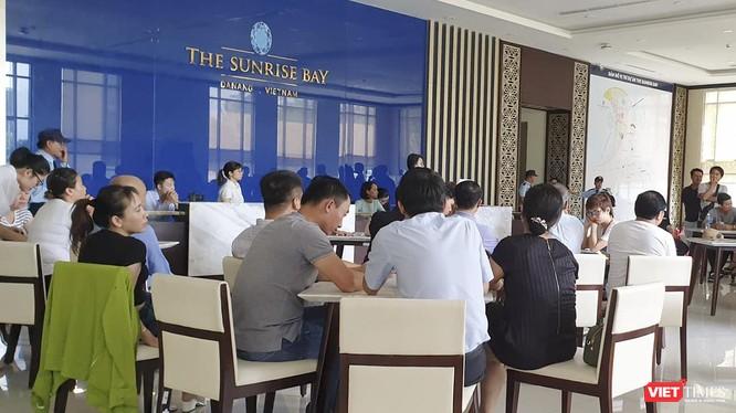 Ngày 6/8, khách hàng tập trung tại Văn phòng bán hàng The Sunrise Bay yêu cầu chủ đầu tư và đơn vị phân phối trả lời cụ thể về thời hạn bàn giao nhà.