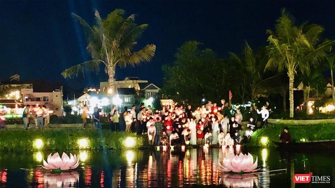 Tối 14/8, tại Hội An, 7 đài sen lớn mừng mùa Vu Lan 2019 đã được thắp sáng trên sông.