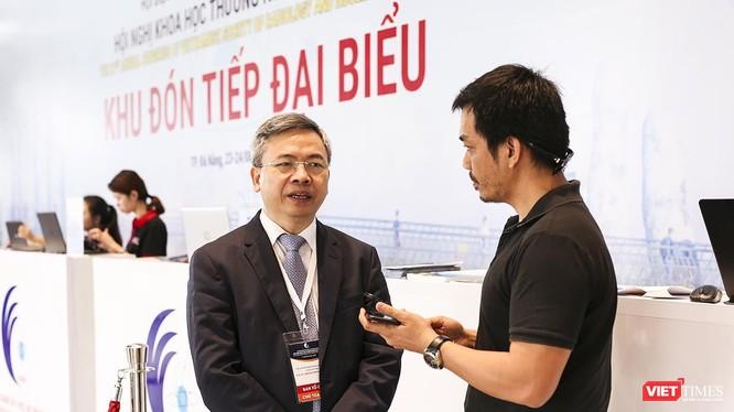 GS.TS Phạm Minh Thông Chủ tịch Hội Điện quang và Y học hạt nhân Việt Nam (bìa trái) trả lời phỏng vấn VietTimes