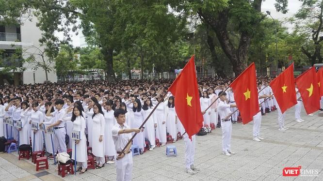 Quang cảnh chào cờ trong buổi Khai giảng tại trường THPT Phan Châu Trinh