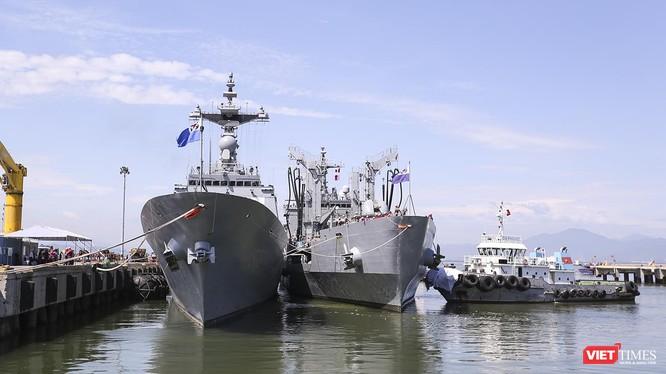 Đội tàu khu trục Moon Mu The Great và tàu hậu cần Roks Hwacheon tại cảng Tiên Sa (Đà Nẵng)