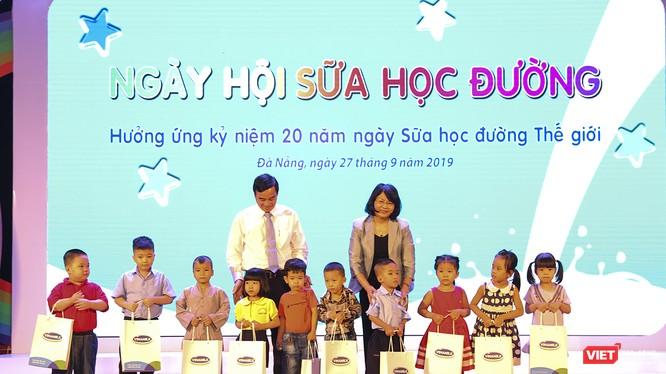 Phó Chủ tịch nước Đặng Thị Ngọc Thịnh và Phó Chủ tịch UBND TP Đà Nẵng Lê Trung Chinh tặng quà cho các em nhỏ trong khuôn khổ chương trình hưởng ứng kỷ niệm 20 năm ngày Sữa học đường thế giới diễn ra tại TP Đà Nẵng