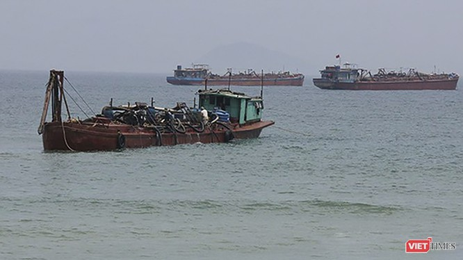Tàu hút cát trên biển Cửa Đại (Hội An, Quảng Nam)