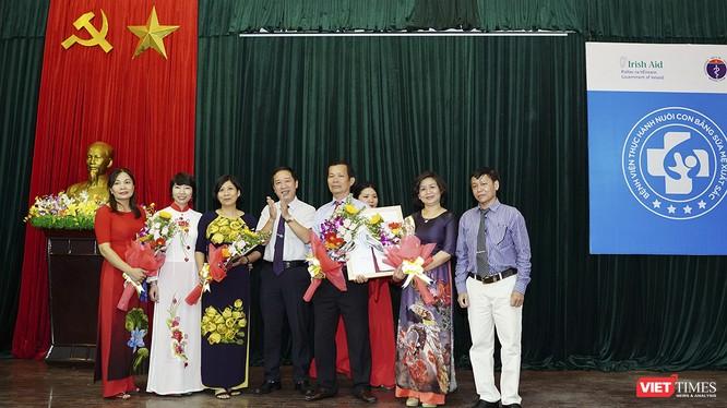 Đại diện Bộ Y tế trao danh hiệu Bệnh viện Thực hành Nuôi con bằng sữa mẹ xuất sắc cho Bệnh viện Đa khoa tỉnh Quảng Nam.
