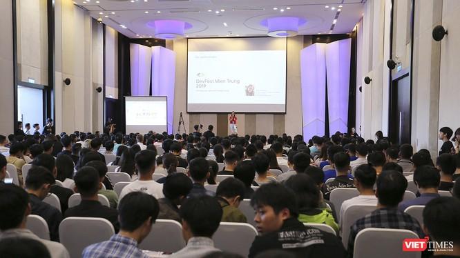 Diễn giả trình bày tại sự kiện DevFest-Hackathon 2019 diễn ra chiều 13/10 tại Đà Nẵng