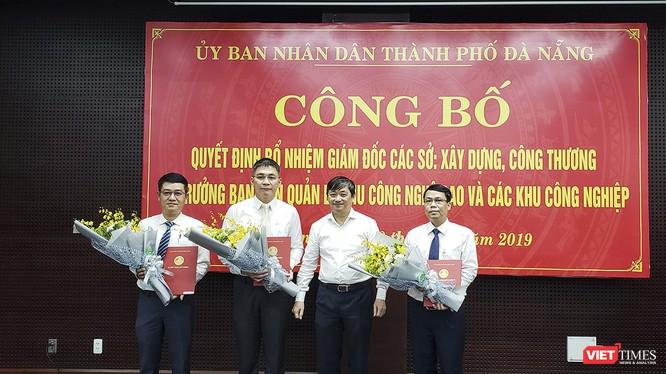 Ông Đặng Việt Dũng, Phó Chủ tịch thường trực UBND TP Đà Nẵng (thứ 2 từ phải sang) trao quyết định bổ nhiệm cho các tân Giám đốc Sở.