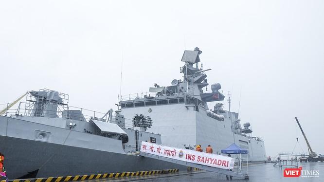 Chiến hạm tàng hình đa nhiệm Hải quân Ấn Độ - INS Sahyadri (F-49) tại Cảng Tiên Sa (Đà Nẵng) sáng 29/10