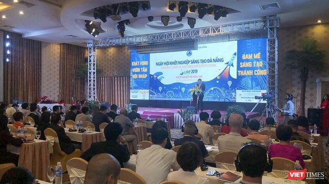 Ông Lê Trung Chinh - Phó Chủ tịch UBND TP Đà Nẵng phát biểu khai mạc sự kiện Ngày hội khởi nghiệp sáng tạo Đà Nẵng-SURF 2019 diễn ra sáng nay (1/11)