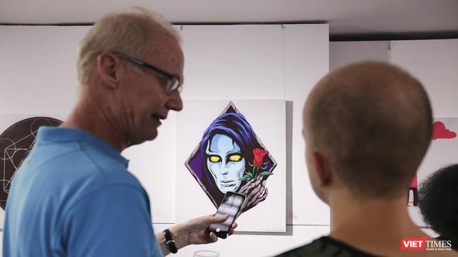Khách nước ngoài trải nghiệm với tranh công nghệ AR tại triển lãm