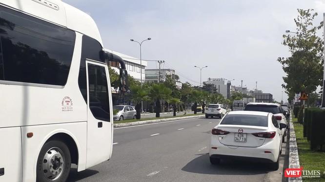 Xe dừng đỗ trên tuyến đường Ngô Quyền, đoạn qua địa phận quận Sơn Trà (TP Đà Nẵng)