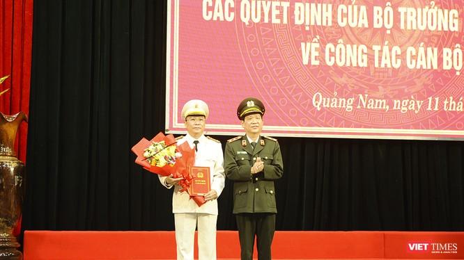 Trung tướng Nguyễn Văn Sơn - Thứ trưởng Bộ Công an trao quyết định bổ nhiệm Giám đốc Công an tỉnh Quảng Nam cho Đại tá Nguyễn Đức Dũng.