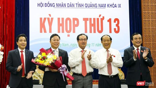 Ông Lê Trí Thanh (người cầm hoa) trở thành tân Chủ tịch UBND tỉnh Quảng Nam.