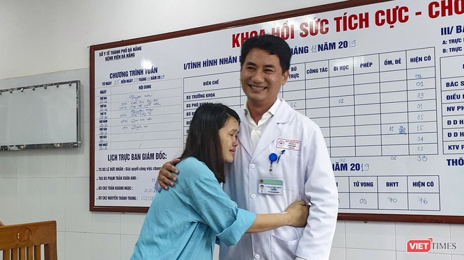 Sản phụ Nguyễn Thị Huyền xúc động ôm chầm lấy TS.BS Lê Đức Nhân - Giám đốc Bệnh viện Đà Nẵng để cảm ơn cứu mạng cả 2 mẹ con