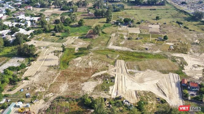 Hiện trạng dự án là ruộng hoa màu và nghĩa địa chưa được đền bù giải tỏa nhưng đã được rao bán