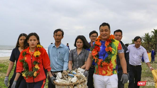 """Diễn viên điện ảnh Lý Hùng, nữ hoàng điền kinh Nguyễn Thị Thanh Phúc """"nhặt rác"""" tại bãi biển Hà My (Quảng Nam) để phát động chương trình nói không với rác nhựa."""