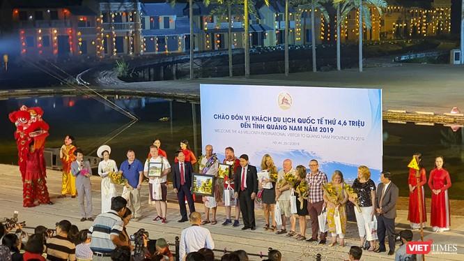 Quang cảnh buổi đón nhận vị khách du lịch quốc tế thứ 4,6 triệu đến với Quảng Nam.