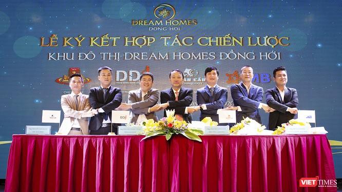 Lễ ký kết hợp tác chiến lược giữa các bên trong sự kiện Công bố Khu đô thị Dream Homes - Quảng Bình