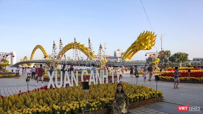Vừa mới hoàn thành, đường hoa xuân Bạch Đằng ở Đà Nẵng đã chào đón rất đông người dân, du khách