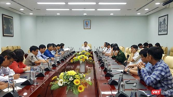 Ông Huỳnh Đức Thơ - Chủ tịch UBND TP Đà Nẵng chủ trì họp khẩn ứng phó với dịch viêm phổi cấp di virus Corona gây ra trong ngày 23/1 (tức 30 Tết Canh Tý)