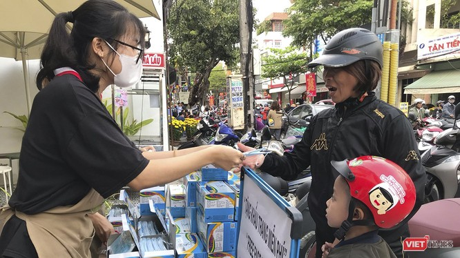 Sau khi gom được hơn 2.000 cái khẩu trang y tế chị Đặng Thị Kim Phương (trú quận Liên Chiểu, TP Đà Nẵng) đã kê 1 chiếc bàn con, cùng tấm paner tổ chức phát miễn phí cho người dân tại ngã tư Lê Duẩn-Hoàng Hoa Thám.
