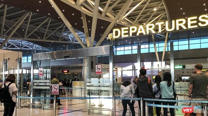 Hành khách ở sây bay được giám sát y tế 24/24 để kịp thời phát hiện các ca nghi nhiễm chủng mới của virus Corona