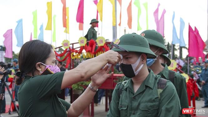 Thanh niên nhập ngũ được kiểm tra thân nhiệt ngay tại lễ tuyển quân