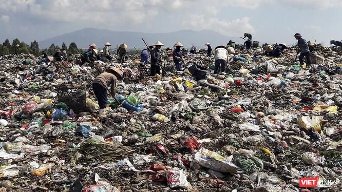 Người dân nhặt rác tại bãi rác Khánh Sơn, Đà Nẵng