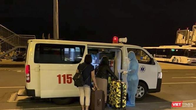 Hành khách được vận chuyển bằng xe chuyên dụng để ngăn chặn nguy cơ phát tán mầm bệnh