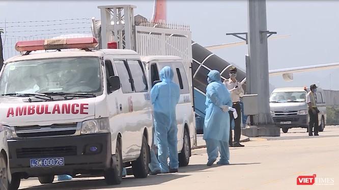 Lực lượng y tế Đà Nẵng thực hiện công tác giám sát các trường hợp nghi nhiễm, cách ly ngay tại sân bay
