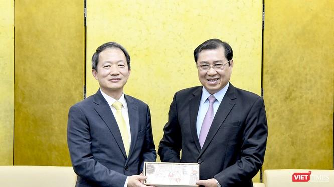 Chủ tịch UBND TP Đà Nẵng Huỳnh Đức Thơ và ông Ahn Min Sik – Tân Tổng Lãnh sự Hàn Quốc tại Đà Nẵng tại buổi tiếp và làm việc diễn ra trưa 27/2