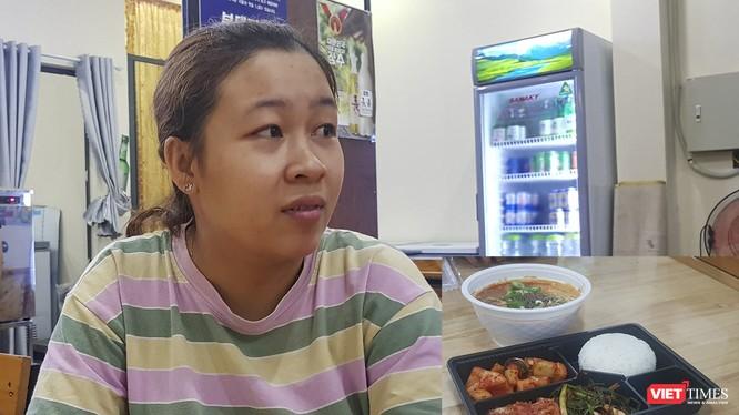 Chị Phạm Thị Bích Thuận - Đầu bếp chính kiêm quản lý nhà hàng Jin SunDae, nơi chế biến suất ăn cho số du khách Hàn Quốc cách ly tại Bệnh viện Phổi Đà Nẵng