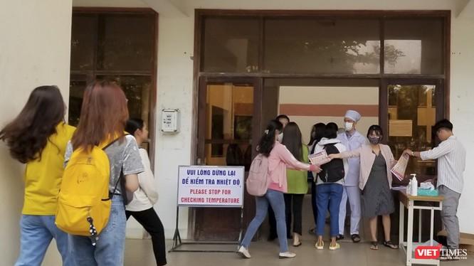 Sáng 2/3, sinh viên trường Cao đẳng Kinh tế - Kế hoạch Đà Nẵng đã trở lại trường sau 4 tuần nghỉ để phòng trách dịch COVID-19.