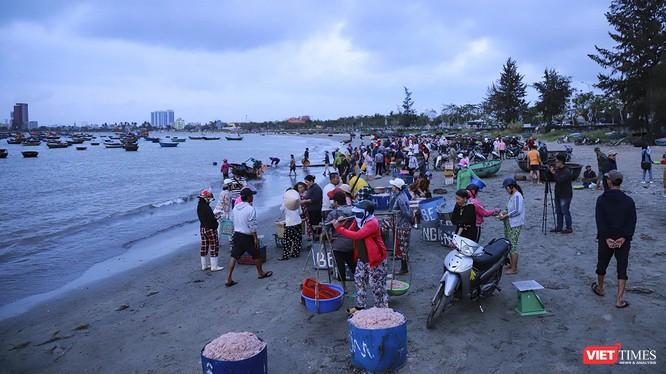 Bãi biển làng chài Mân Thái, dưới chân bán đảo Sơn Trà (Đà Nẵng) vào mùa ruốc muộn