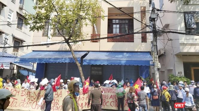 Khách hàng mua đất của Công ty cổ phần Bách Đạt An căng băng rôn đòi đất và sổ đỏ trước văn phòng đại diện của công ty này trên đường Nguyễn Du vào sáng ngày 4/3