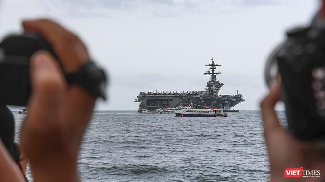 Sức hút của tàu sân bay USS Theodore Roosevelt của Hải quân Hoa Kỳ trên vịnh Đà Nẵng