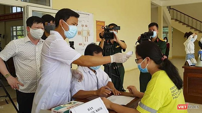 Cán bộ y tế thăm khám lần cuối đối với công dân Việt Nam cách ly tập trung trước khi cho rời trung tâm cách ly tại Đà Nẵng