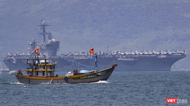 Hàng không mẫu hạm USS Theodore Roosevelt (CVN-71) của Hải quân Hoa Kỳ trên vịnh Đà Nẵng.