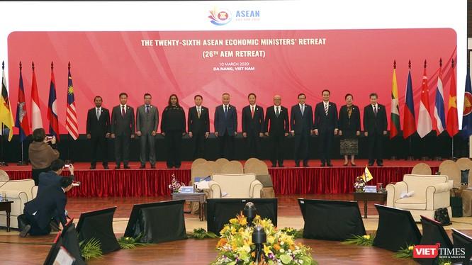 Các Bộ trưởng Kinh tế ASEAN (AEM) chụp ảnh lưu niệm tại hội nghị Bộ trưởng Kinh tế ASEAN hẹp lần thứ 26 diễn ra tại Đà Nẵng