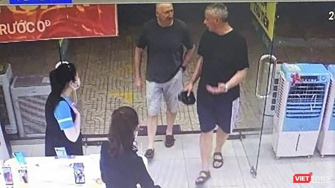 Hình ảnh 2 du khách người Anh mắc COVID-19 đi vào Siêu thị Điện Máy Xanh trên đường Nguyễn Văn Linh và lây nhiễm cho nhân viên bán hàng tại đây. (ảnh chụp lại từ camera siêu thị)