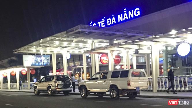Xe y tế mang BKS tỉnh Quảng Nam gồm 92A-006.38 (biển xanh) và xe 7 chỗ mang BKS 92DA-0016 (biển trắng) chở theo 4 du khách người Anh đến sảnh đi nhà ga quốc nội sân bay Đà Nẵng