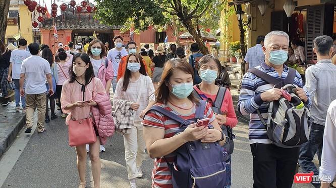 Du khách đeo khẩu trang tham quan tại phố cổ Hội An