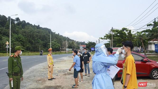 Lực lượng Công an và y tế tại chốt giám sát dịch tễ đo thân nhiệt của người đi vào TP Đà Nẵng (ảnh C.H)