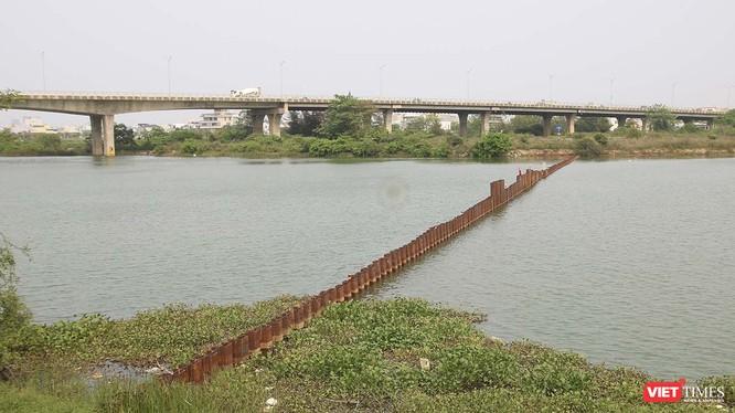 Tuyến đập ngăn mặn số 1 đã được thi công trên công Cẩm Lệ (quận Cẩm Lệ, Đà Nẵng)